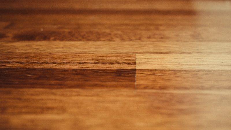 Jak pielęgnować drewnianą podłogę, by zachowała swój blask na lata?