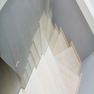 Schody dębowe dywanowe, barwione pod kolor podłogi. Barierka ze szkła hartowanego (2x5mm)